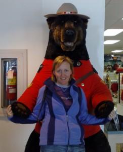 Linda met haar 'eigen' beertje bij het bezoekerscentrum van Columbia Icefields